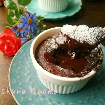 とろっと中から熱々チョコレートが出てくるフォンダンショコラ。バニラアイスと一緒に食べるのもおすすめです。