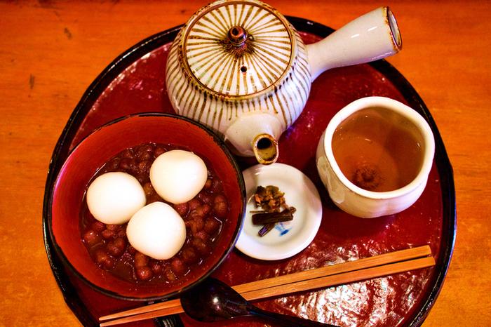 人気は、大粒の大納言をふっくらと炊き上げた「煮あずき」。 ツルンとして弾力のある白玉も大粒で、食べ応え十分。
