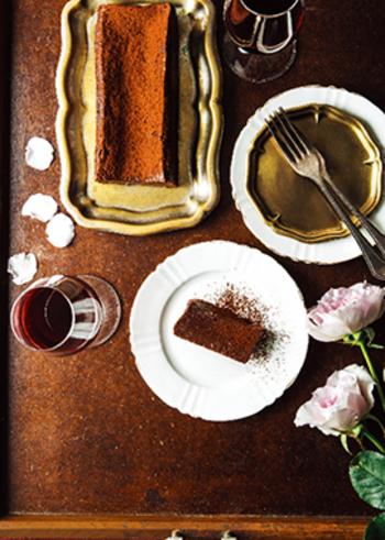 大人数のおもてなしにも便利♪本格的なチョコレートテリーヌですが、材料はチョコレート、無塩バター、卵、砂糖、ココアパウダーの5つだけ!