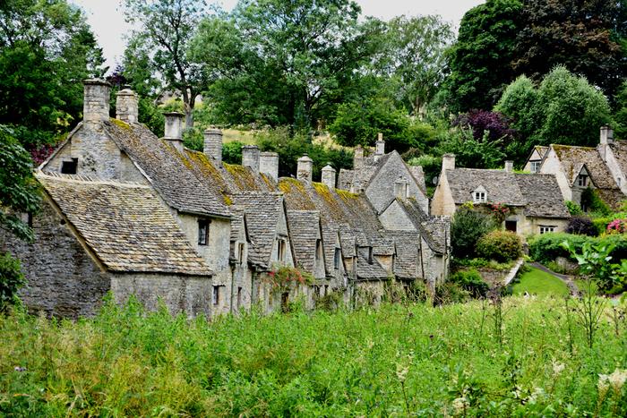 はちみつ色に染まる村。緑の丘とかわいらしい家、のどかな田園風景に癒されます。また「ハリー・ポッター」の撮影地としても知られています。