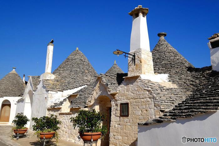 とんがり屋根の家トゥルッリが立ち並ぶ街。とってもメルヘンですね。絵本の世界そのものです。