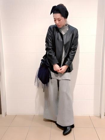 人気の巾着タイプのバッグをチュールで軽やかに持って。くしゅっとしたチュールのニュアンスが、シンプルなコーデの主役になりそう。