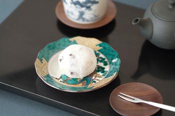 こちらは九谷焼の豆皿。どことなくモダンな印象を受けるデザインは流石!と言わざるを得ません。九谷焼と言えばお値段が張る印象もしますが…豆皿ならちょっとした贅沢に揃える事もできますよね!大福も、なんだかちょっと嬉しそうです。