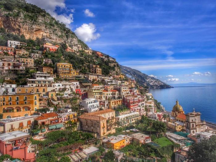 断崖に連なる海辺の街。空と海が広々と見えて、開放的な気分にさせてくれそう。一日中海を眺めていたいものです。