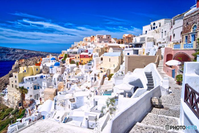 エーゲ海に浮かぶ街。断崖の上に連なる白い家と、真っ青な海とのコントラストが綺麗。
