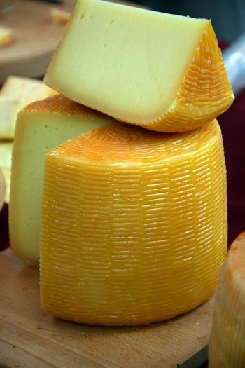 ナチュラルチーズは、温めた牛や山羊などの生乳に、レンネット(凝乳酵素)を加えたものを固めて作られます。固まった個体から、透明の液体(ホエー)を取り出せば、フレッシュチーズ(ナチュラルチーズの1種)が完成。そのままでも美味しく食べられますが、さらにここに乳酸菌やカビなどを加えて発酵させたものも多くあります。