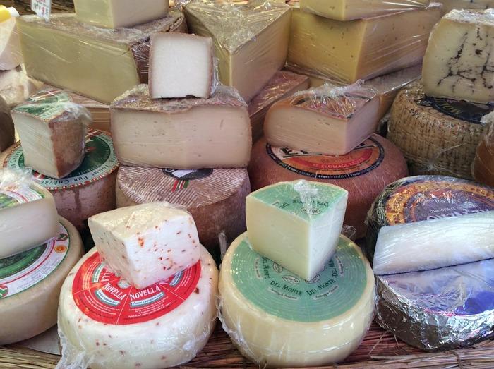 プロセスチーズは、前記の方法で作られたナチュラルチーズを砕き、再び形成したものを指します。スーパーなどでキャンディタイプやスライスタイプで販売されているものも、これに該当します。1種類で作られるものもあれば、数種類混ぜたものもあり、味が変わりにくく、扱いやすいという特徴があります。