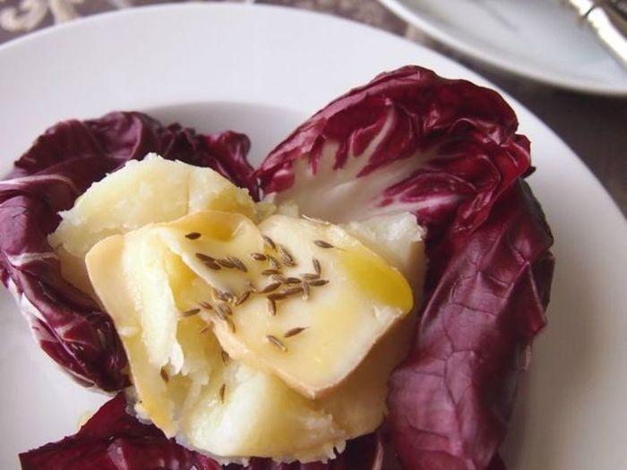 外側の皮を塩水やお酒で洗いながら熟成させたチーズ。匂いが強いものが多く、通向けと言われています。シンプルにマッシュポテトの上にのせていただけば、チーズの濃厚なうまさをたっぷり味わえます。
