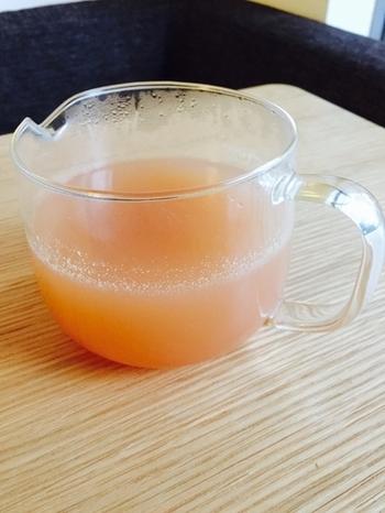 新生姜をすりおろして、途中で唐辛子を加えたスパイシーなシロップ。レモン汁を加えてピンクに色づく瞬間に感動♪