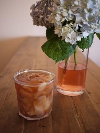 スライスした新生姜で作るシロップは、透明感のあるピンク色。生姜は刻んで、料理にも使えますよ!