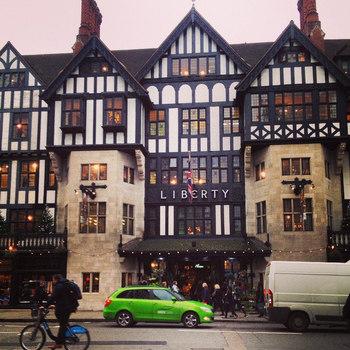 リバティプリントは、イギリス・ロンドンにある老舗百貨店リバティ社のオリジナルブランドです。創業はなんと1875年!