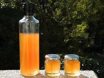 三温糖で作ったシロップは、キレイな琥珀色。シロップを作った後の生姜は、グラニュー糖をまぶして生姜チップスとして楽しめます。
