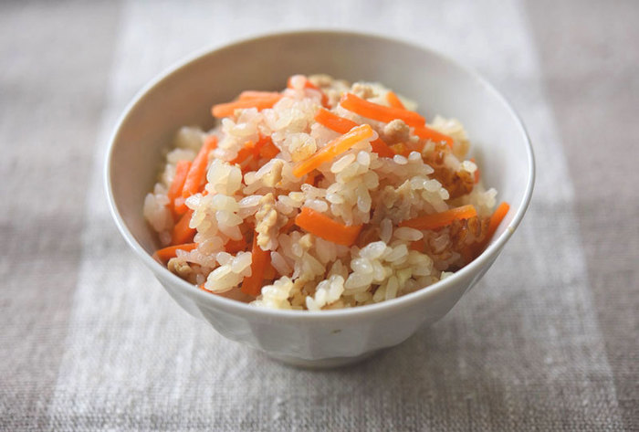 にんじんの甘みが楽しめる炊き込みご飯。しょうが、鶏ひき肉を合わせた優しい味わいです。炊飯器に入れる前に、材料に下味をつけるためにフライパンで炒めます。