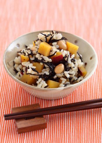 こちらのレシピは、サツマイモ、ひじき、玄米、大豆が使われており、女性に嬉しい食材ばかり♪美味しいご飯で、体の調子を整えましょう。