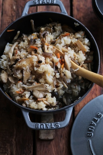 きのこたっぷりの炊き込みご飯も良いですよね♪きのこはお好みのものを何種類か組み合わせると、より美味しいはずです*