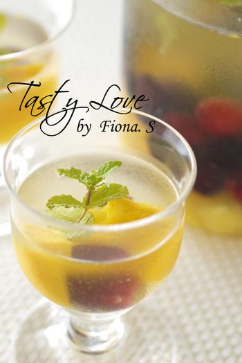 フルーツ入りのジンジャーシロップを使えば、サングリアも簡単に作れます♪ ワインは白でも赤でもOKです。