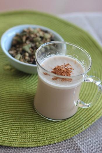 牛乳・ティーバッグ・ジンジャーシロップを鍋に入れて温めるだけで、王道メニューのチャイも簡単に♪ スパイスを加えたシロップを使うと、より本格的な味わいです。