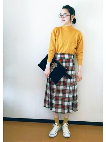 はっきりとしたカラーのチェック柄スカートは、存在感大。その良さを活かすには、くすみカラーの優しい色合いのソックスを合わせて。