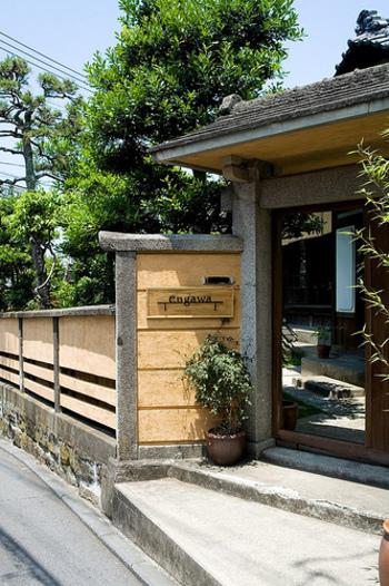 1934年に建設された旧塚原伊勢松別邸を再利用し、葉山の歴史と文化が感じられる古民家カフェ「engawa cafe & space(エンガワ カフェ&スペース)」。  旧塚原別邸はその面影を残す建物として残存する数少ない貴重な建築物のひとつでありながら、これまで一般公開されることはなかったそうです。
