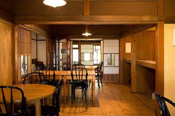 清潔感漂う木造建築の店内は、温もりや懐かしさを感じずにはいられない居心地の良さです。