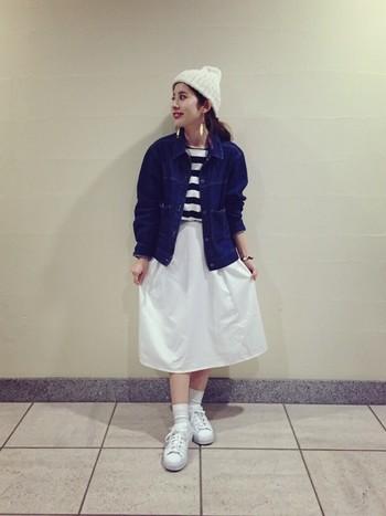 白のスカート、ニット帽など、ホワイトを散りばめることで春らしい爽やかなスタイリングに♪