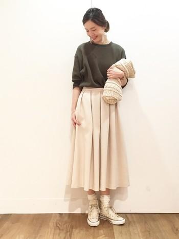 白スニーカー×白ソックスは、子供っぽくなるように思われがちですが、フェミニンなミモレ丈のフレアスカートなどを合わせることで、大人なスタイリングに。