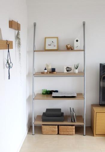 飾り棚にも使えるオープンシェルフの最下段にカゴを入れて、引き出しのようにしています。ルーターやお掃除道具などを収納されているそうです。