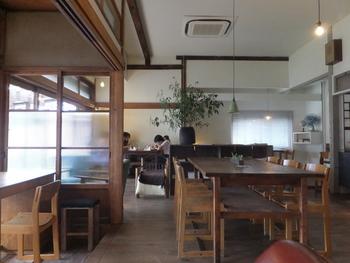 広々としたカフェスペースは、こだわりのインテリアで味わいがありながらスッキリとした清潔感のある空間が広がっています。
