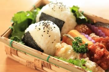 おにぎりには竹で編んだお弁当箱がよく似合いますね。 通気性もよくて見た目も美味しそうです。
