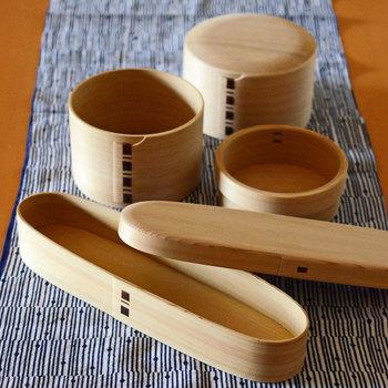 曲げわっぱとは、杉やヒノキなどの薄板を曲げて作られる円筒形の木製の箱のことで、おひつや弁当箱として使われる事が多い日本の伝統工芸品です。 杉やヒノキの美しい木目と色合い、木の香りの良さで長く愛されています。