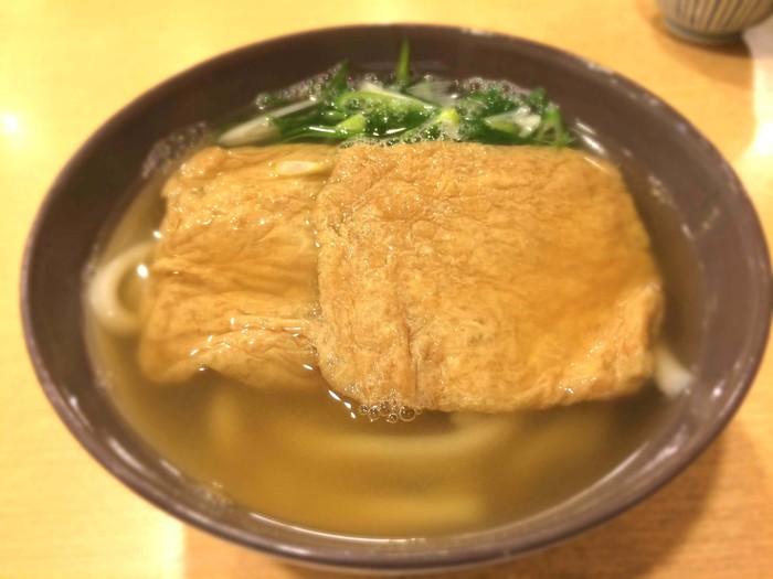 """大阪では""""けつねうろん""""なんて言い方もしますが、とにかく出汁に拘ったシンプルな〈きつねうどん〉は、今井の定番の一品です。"""
