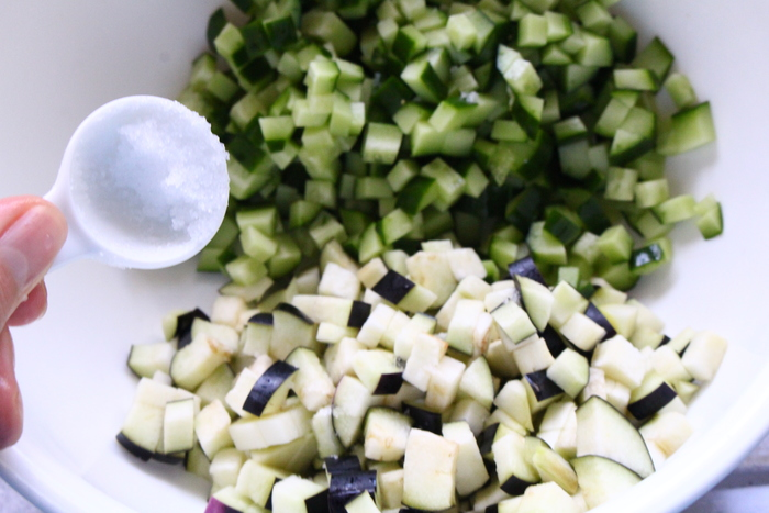基本的には、なすやきゅうり、みょうが、大葉などの夏野菜や香味野菜を細かく切って、しょうゆなどで好みの味つけをするだけ。作り置きしておけば、いつでもご飯などにかけてサッと食べられます。