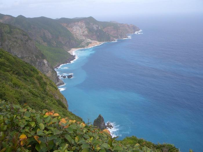 乳房山からは母島の最南端の南崎を臨む事ができます。