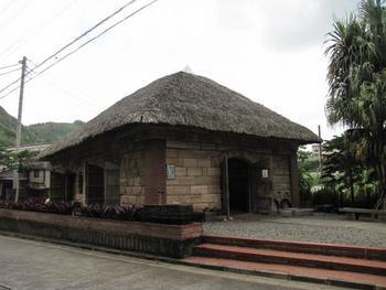 ロース記念館。母島特産のロース石でできています。中は母島唯一の観光用の資料館。母島の歴史や自然などを知る事ができます。