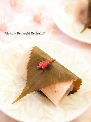 一見普通の関東風桜餅ですが、実は皮に素敵なアレンジが…甘酒の柔らかい甘さで出来ています♪白いお砂糖を使わないだけで、なんとなくヘルシー♡あんこの甘さもあるので、いい風味に仕上がります。