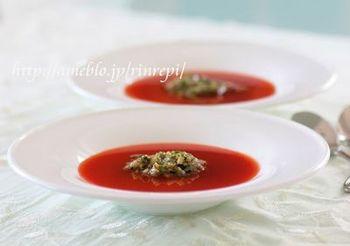 だしを使った、彩り鮮やかな簡単冷製トマトスープ。斬新な発想ですね。簡単に作れますので、ぜひ試してみましょう。