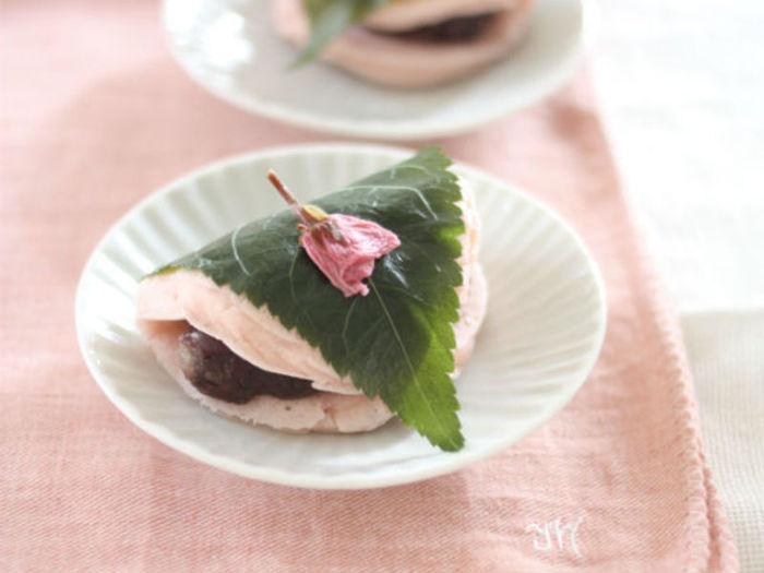 見た目は桜餅ですが…実はパンケーキなんです!米粉とライスミルクを使用しています。皮もふっくらしているから、お腹を満たすおやつにピッタリです。アイデア次第でいろいろな「桜餅風」が出来ちゃいそう。