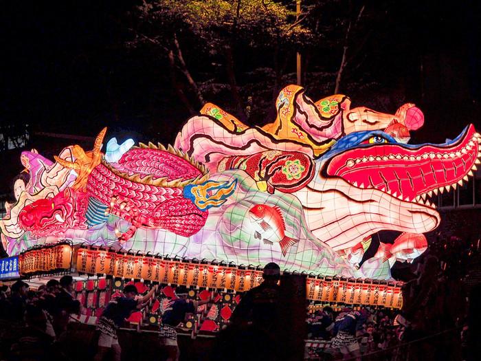 ねぶた祭りは見るだけでなく、すぐに参加できるのも魅力のひとつ。 ねぶたの時期は、青森市内あちこちで、衣装のレンタルや着付けをしてくれるところがあるので、飛び入りでも跳人として参加できますよ♪