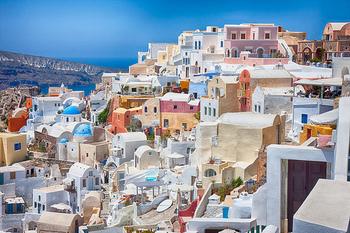 ①断崖の景色   憧れの島の風景。島の中心にあるフィラの街では、絶景のレストランで食事が人気!