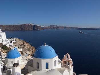 真っ白な建物と、濃いブルーの海の美しさが魅力の観光スポットに、一度は訪れてみたい!