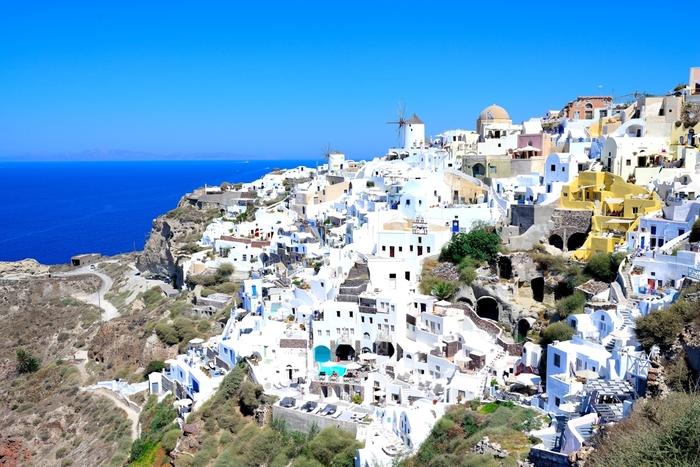 ギリシャで最も人気のあるサントリーニ島。太陽の光を受けて白く輝く家と青い空、海…。ロマンティックなので、カップルにも人気の島です。