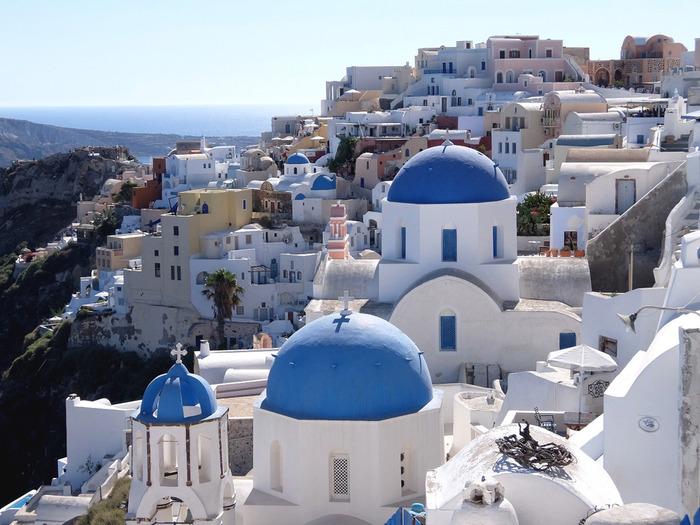 「白」で統一された美しい建物はホテルや教会、レストランや住宅が立ち並びます。