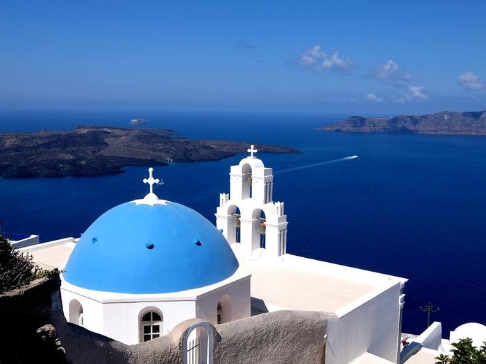 """南エーゲ海の美しい「青」は、一層建物の""""白""""を惹き立てています。"""