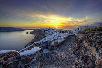 サントリーニ島の北部、イア地区にある極上リゾートホテル。イア地区の夕陽は「世界で一番美しい」と形容されるほど。夕陽を堪能しましょう!