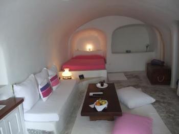 部屋の中は白を基調に、部屋ごと異なる差し色が利いていてくつろげます。