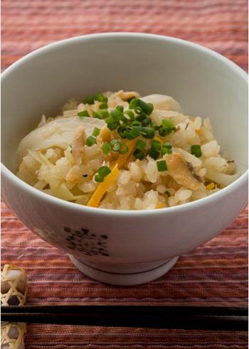 鮭缶を使った「ちゃんちゃん炊き込みご飯」。ねぎと人参を切り、あとは材料を炊飯器に入れるだけ!とっても簡単に美味しそうな炊き込みご飯が出来上がります♪