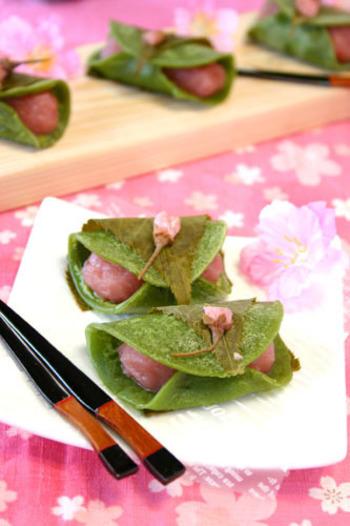 あんこを「さくら餡」に替えて♪抹茶の皮といい色合いで、テーブルも華やかになりそう。いつもの桜餅の他に、いくつか違うバージョンもあると賑やかさもUPしますね。