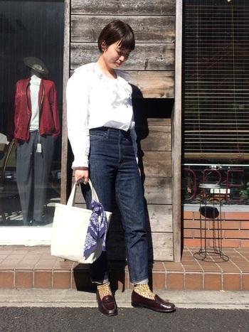 真っ白なデザインには、スカーフやバンダナを巻いて自分だけのオリジナルバッグとして楽しむのも◎オシャレ度がアップしますね。