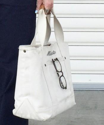 真っ白で、持ち手がキャメルのレザーを使用したトートバッグ。外ポケットは日本のカスタムサービスにはないので、他との違いを出せますね。