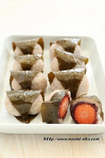 いちご×桜餅の春の最強コンビ♡いちごのフルーティーな酸味が爽やかで、喜ばれること間違いなしですね。あんこといちごの相性も抜群ですよ♪